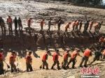 图为武警官兵现场地毯式搜救失踪人员。 杨艳敏 摄 - 甘肃新闻