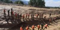 图为7月19日下午,武警在崔家村搜救失踪人员。 杨艳敏 摄 - 甘肃新闻