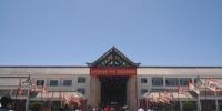 图为游客参观在建的生态酒店。 魏建军 摄 - 甘肃新闻
