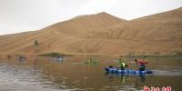 图为营员们体验皮划艇项目。 高展 摄 - 甘肃新闻