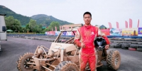 广东车手李桂华在自己赛车前合影。高展 摄 - 甘肃新闻