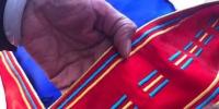 娜仁其其格表示,传统绣法属夏噶勒绣法最难掌握。图为夏噶勒绣法所制条纹。 艾庆龙 摄 - 甘肃新闻