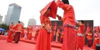 图为集体婚礼现场,青年男女以自觉抵制高价彩礼的实际行动倡导喜事新办的社会新风尚。 杨艳敏 摄 - 甘肃新闻