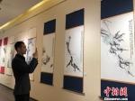 图为汇集中韩书画艺术家作品的展览吸引民众驻足。 徐雪 摄 - 甘肃新闻