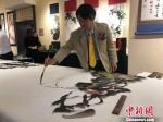 图为来自韩国的书画家李荣根现场挥毫泼墨。 徐雪 摄 - 甘肃新闻