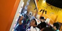 藏族学生们参观甘肃科技馆,他们对于科技小游戏十分感兴趣。 丁思 摄 - 甘肃新闻