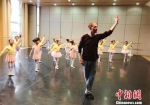 该剧特邀美国知名舞蹈编导布鲁斯·斯蒂尔参与编排创作。图为布鲁斯·斯蒂尔和孩子们上课、排练。甘肃大剧院供图 - 甘肃新闻