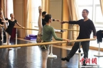 资料图:10月26日,美国导演布鲁斯·斯蒂尔在甘肃大剧院为甘肃少儿教授芭蕾舞。中新社记者 杨艳敏 摄 - 甘肃新闻