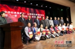 """图为给各学校代表赠送""""中华经典资源库""""项目成果。 - 甘肃新闻"""