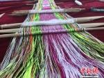 甘肃艺人承袭千年羌藏织锦技艺 经纬交错呈多彩文化 - 甘肃新闻