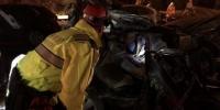资料图:事故发生后,兰州市相关部门在雪夜中开展生命救援。 杨青 摄 - 甘肃新闻