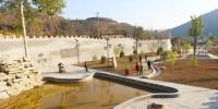 甘肃省庆阳市西峰区董志镇庄头村借助小河湾的文化资源和生态优势,大力开发乡村旅游,过去贫困村变为旅游村。图为村里新建的广场。 高展 摄 - 甘肃新闻