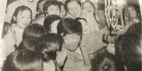 图为尹凤民正在放电影,他被一群孩子围在中间。(翻拍于报纸)闫姣 摄 - 甘肃新闻