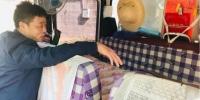 """图为甘肃陇南市大山里的放映员尹凤民展示""""广场影院""""的简单居所。闫姣 摄 - 甘肃新闻"""