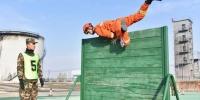 图为消防员进行百米障碍救助操比赛。 师永红 摄 - 甘肃新闻