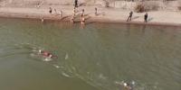 图为队员依次下水游泳。 杨艳敏 摄 - 甘肃新闻