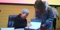 图为报告会结束后有学生排队请樊锦诗签名。 南如卓玛 摄 - 甘肃新闻