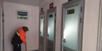 图为生态厕所管理员正在打扫厕所。 高康迪 摄 - 甘肃新闻