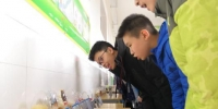 图为学生参观展示的颇具迷惑性的新型毒品类型。 张惠 摄 - 甘肃新闻