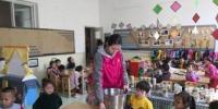 图为老师将馒头分发给小朋友。 杨娜 摄 - 甘肃新闻
