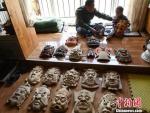 甘肃民间艺人马正德展示制作的傩面具。 杨艳敏 摄 - 甘肃新闻