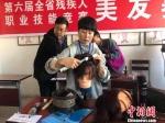 图为残疾人参加职业技能竞赛。(资料图) 徐雪 摄 - 甘肃新闻
