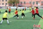 图为青少年运动员在青少年校园足球夏令营现场。 杨艳敏 摄 - 甘肃新闻