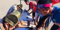 """完赛的马拉松爱好者排队领取""""通关关牒""""。 艾庆龙 摄 - 甘肃新闻"""
