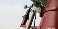图为安装在关城古建筑上的风速仪和悬挂式测斜仪。 张翔 摄 - 甘肃新闻