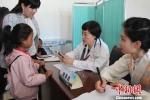 图为专家在甘南州妇幼保健院义诊。 钟欣 摄 - 甘肃新闻
