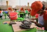 图为甘肃省平川区学生进行陶艺创作。(资料图) 刘玉桃 摄 - 甘肃新闻
