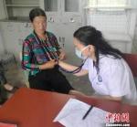 图为张惠萍在甘肃陇南中医院麻醉科工作,为患者看诊。受访者供图 - 甘肃新闻
