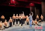 """2019年9月,""""敦煌舞教学的创始人""""84岁的高金荣(中)正在为兰州文理学院艺术职业学院学生示范指导动作。 丁思 摄 - 甘肃新闻"""