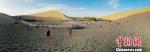 图为敦煌世界地质公园鸣沙山景区。 张婧 摄 - 甘肃新闻