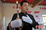 图为中国国刀天下第一刀兰州荣誉展馆馆长刘志祥介绍国刀。 杨艳敏 摄 - 甘肃新闻