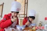 图为学生们品尝自己制作的牛肉面。 崔琳 摄 - 甘肃新闻