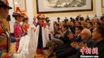 图为甘肃张掖市裕固族演员向嘉宾敬献哈达。张掖市文化广电和旅游局提供 - 甘肃新闻