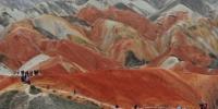 图为采访团参观走访甘肃张掖市丹霞地质公园。 杨艳敏 摄 - 甘肃新闻