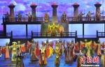 图为16日当天,海外华文媒体高层采访团现场观看张掖市大型历史情景剧《回道张掖》,感知当地历史文化。 杨艳敏 摄 - 甘肃新闻