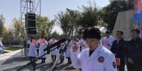 解放军老年医学专业委员会委员程友琴教授给当地群众义诊。供图 - 甘肃新闻