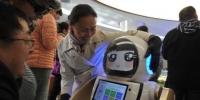 """图为华媒采访团员""""对话""""机器人。 杨艳敏 摄 - 甘肃新闻"""