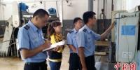 图为甘肃省生态环境执法人员现场检查企业。(资料图)甘肃省生态环境厅供图 - 甘肃新闻