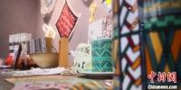 图为大学生创作的具有彩陶条纹的杯具等产品。 魏建军 摄 - 甘肃新闻