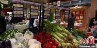 图为兰州市城关区大型超市蔬菜区种类丰富,以供当地民众随意挑选。 张婧 摄 - 甘肃新闻