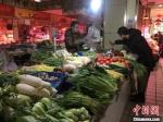 正值中午时分,图为民众在兰州市主城区菜市场买菜。 张婧 摄 - 甘肃新闻