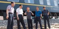 图为全国人大代表、中国铁路兰州局集团有限公司党委书记、董事长杨伟军(左二)在铁路防洪现场检查指导工作。(资料图)兰州铁路局宣传部供图 - 甘肃新闻