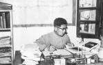 20 世纪50 年代,常书鸿在敦煌文物研究所办公室工作(《此生只为守敦煌:常书鸿传》书中插图)。 - 甘肃新闻