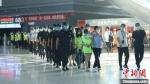 7月13日,西固警方兵分两路分赴湖北宜昌、武汉两地,成功捣毁2个诈骗团伙,抓获犯罪嫌疑人20人。兰州市公安局供图 - 甘肃新闻