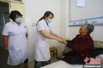 7月下旬,甘肃省平凉市静宁县人民医院内,对口帮扶的天津市武清区人民医院专家(左一)陪同该院医生一同查房。 高展 摄 - 甘肃新闻