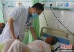 图为静宁县人民医院胸痛中心心内科主任韩飞查看患者情况。 高展 摄 - 甘肃新闻